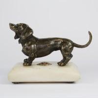 Bronze dachshund on alabaster pedestal with crown, ca 1900